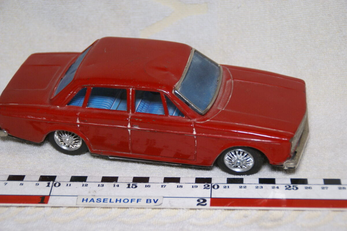 DSC08983 miniatuur Volvo 144 rood ca 1op18 Bandai Japan