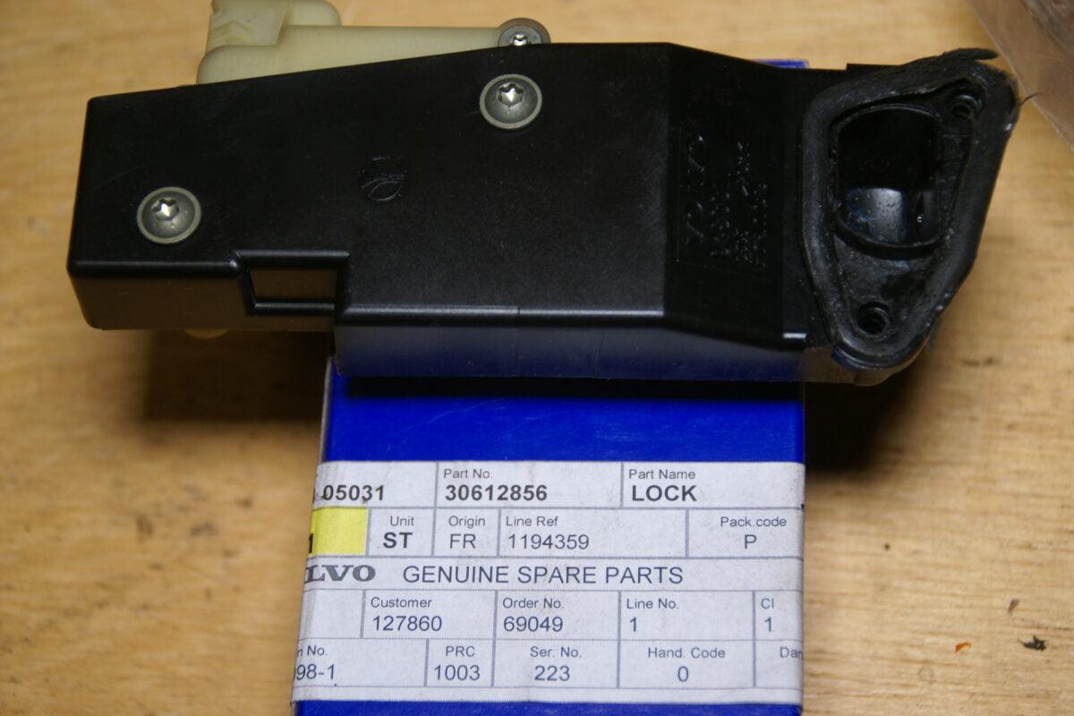DSC01457 Volvo 60 70 80 90 tankvergrendelmotor 30612856 NOS