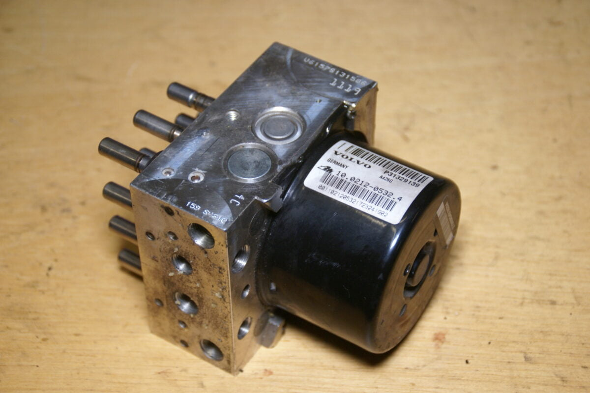 DSC01504 Volvo 850 SV70 ABS unit P31329139