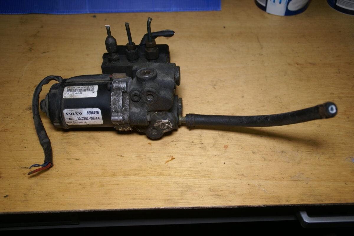 DSC01506 Volvo 850 SV70 ABS unit 6806796