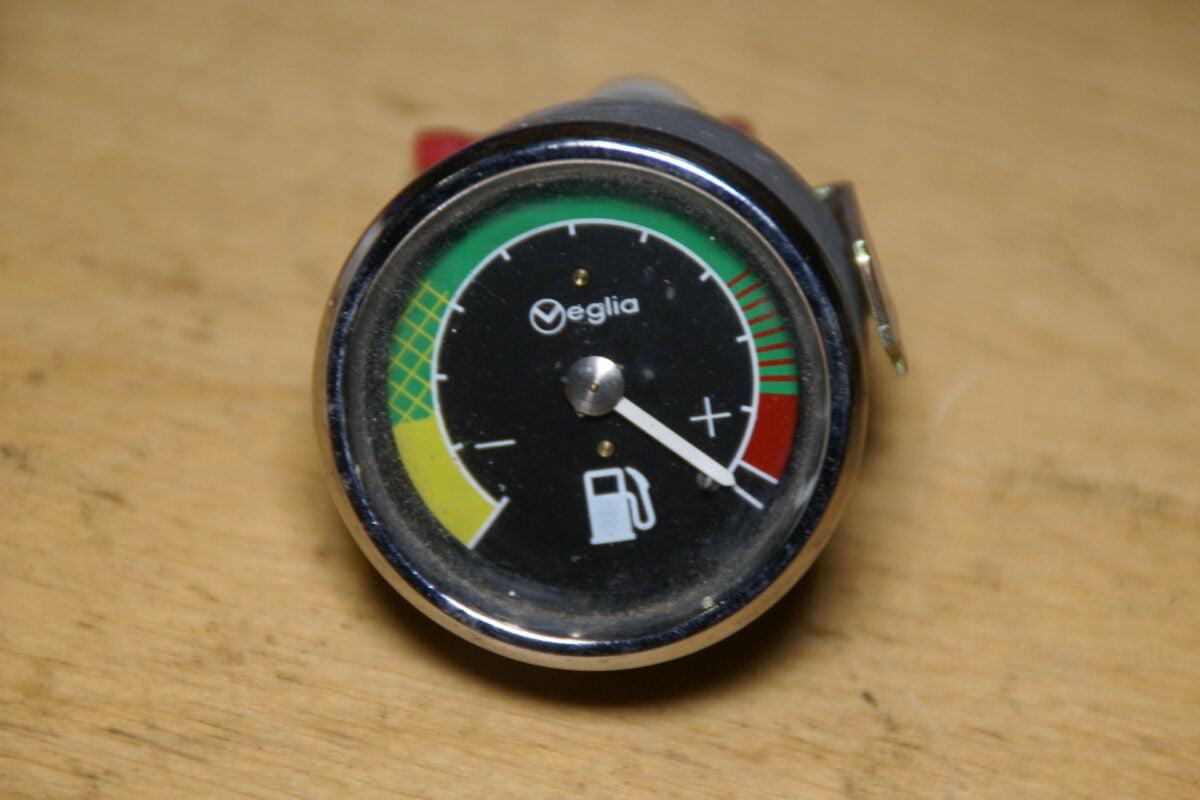DSC01572 VEGLIA benzine meter met chroomrand 52 mm