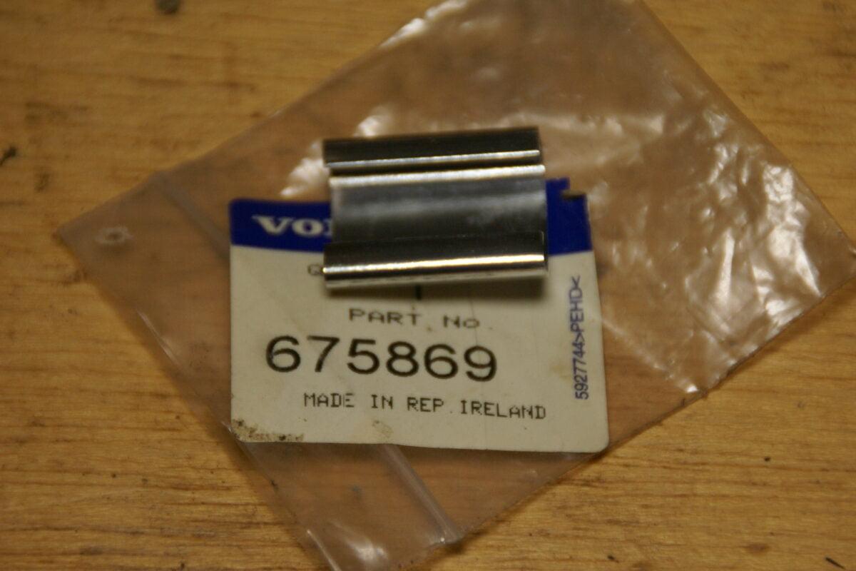 DSC01581 Volvo  140 164 240 chroomlijstverbindingsstuk achterruit 675869 NOS