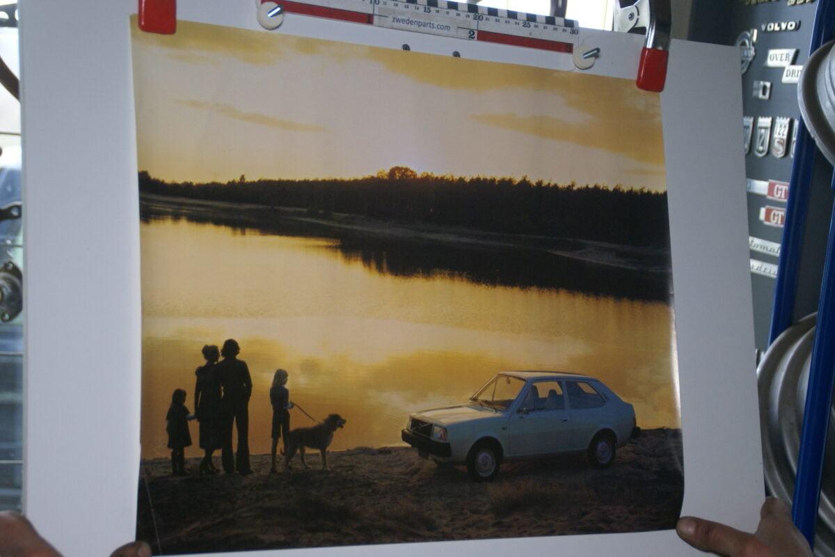 DSC02199 ca 1977 Volvo 343 wit poster