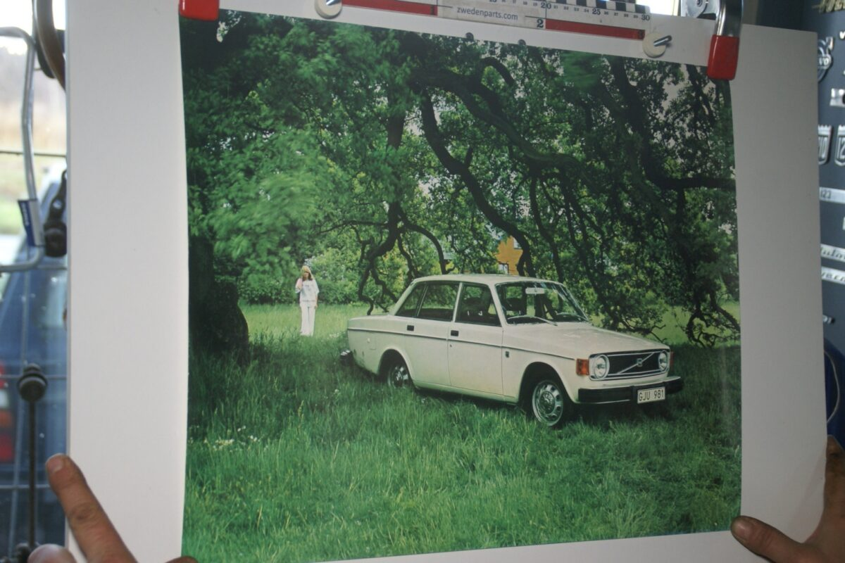 DSC02237 Volvo 144 wit poster 1974