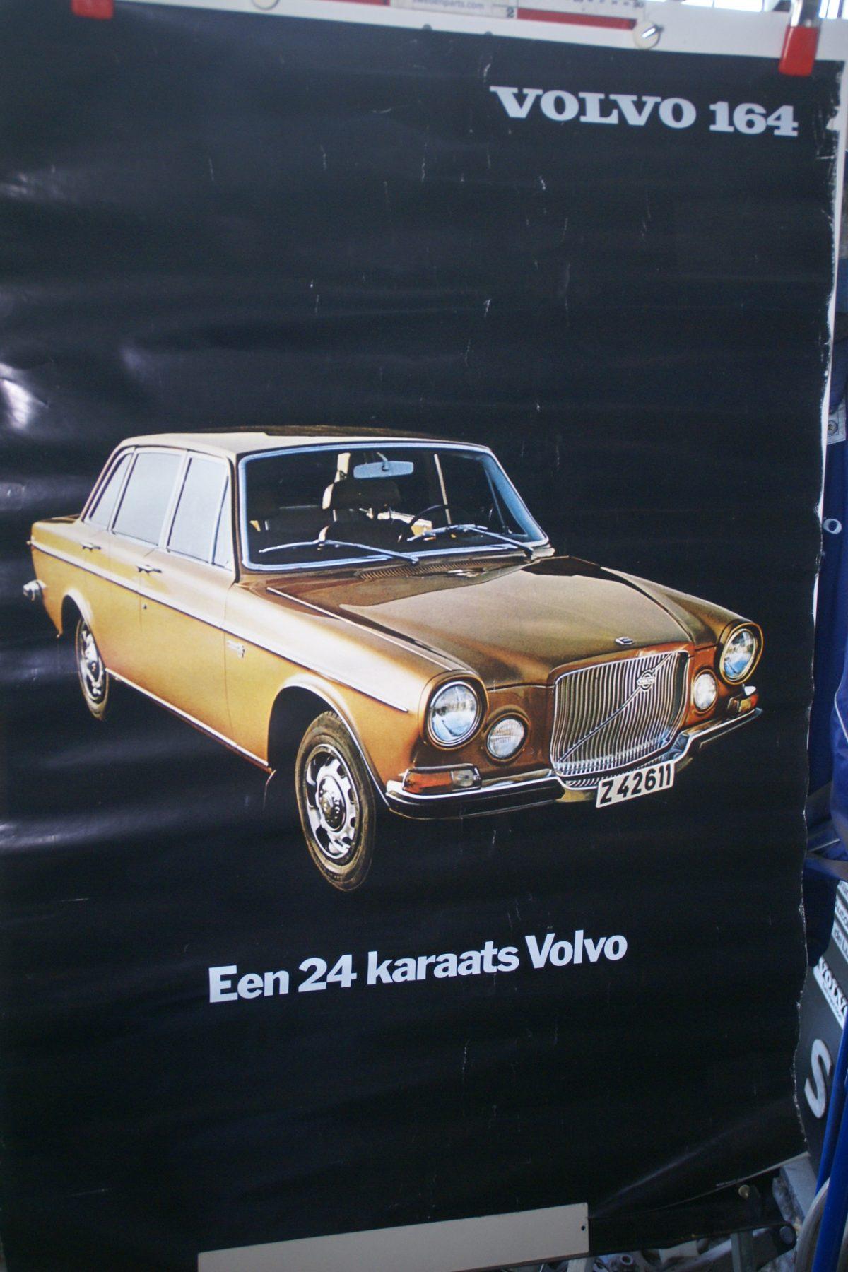 DSC02243 Volvo 164 goud poster 50247