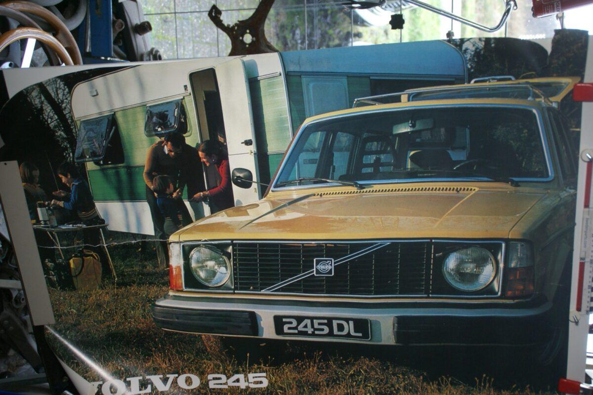 DSC02286 Volvo 245 geel poster 5583-78