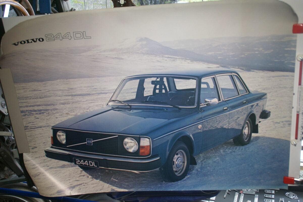 DSC02290 Volvo 244 blauw poster 2625-76