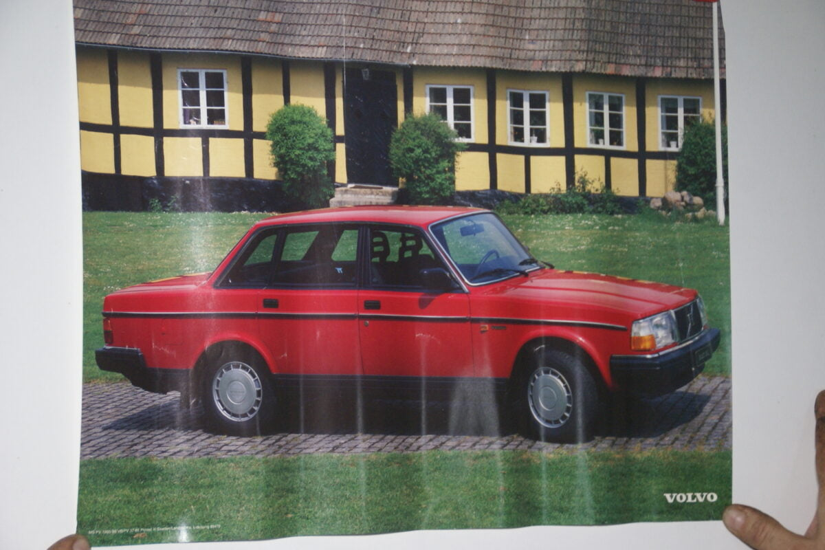 DSC02301 Volvo 244 rood poster 1905-86