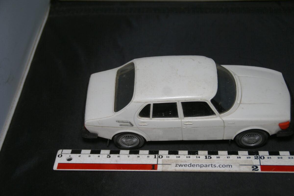 DSC04128 miniatuur SAAB 99 wit ca. 1op18 Stahlberg, made in Finland