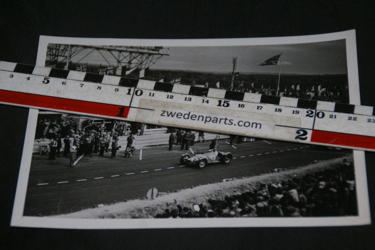 DSC05207 1950 originele persfoto Le Mans aankomst Rosier en raceauto de Tank fotograaf John S. Zody