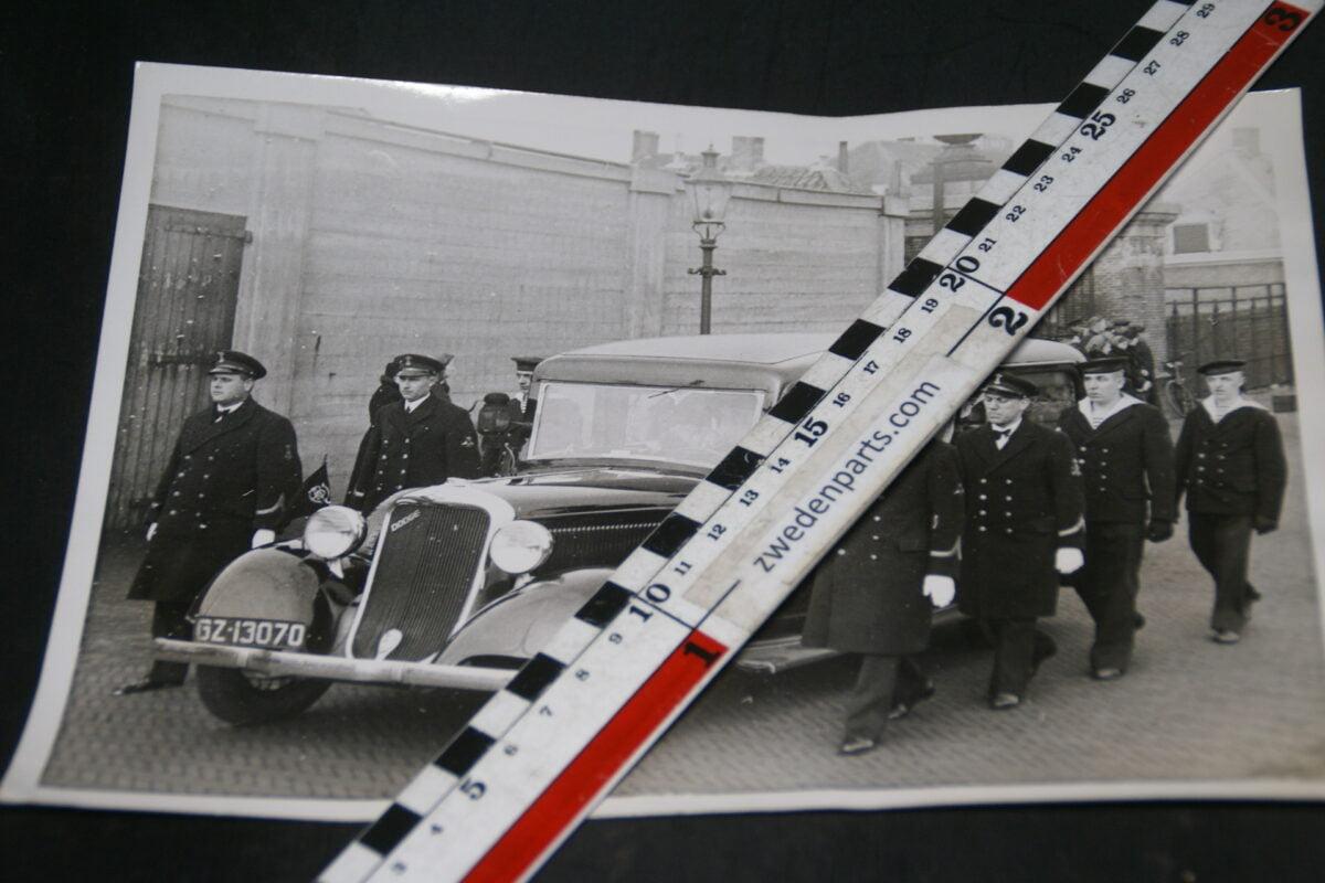DSC05242 1940 originele persfoto  begrafenisauto Dodge  Den Helder
