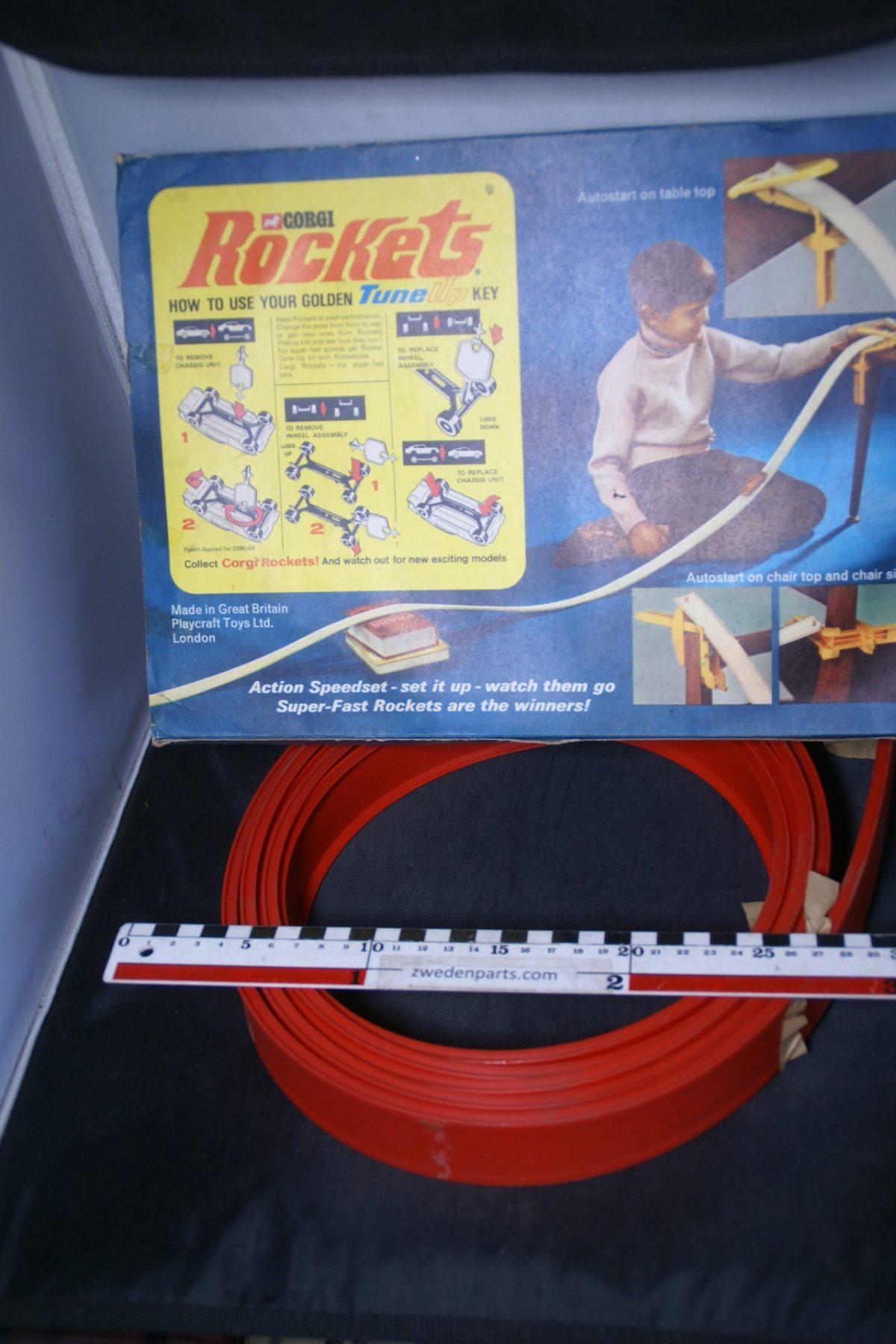 DSC05499 miniatuur racebaan ca. 1op75 Mint Corgi Rockets