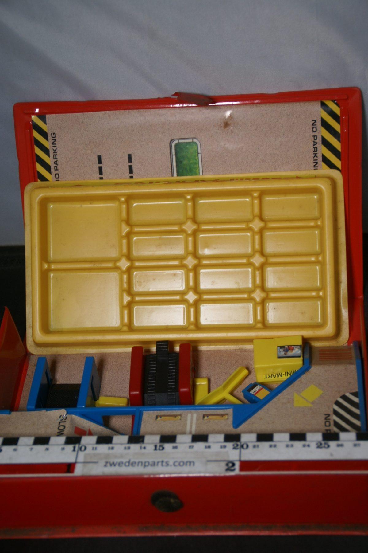 DSC05500 miniatuur garage  met diverse losse delen ca 1op75
