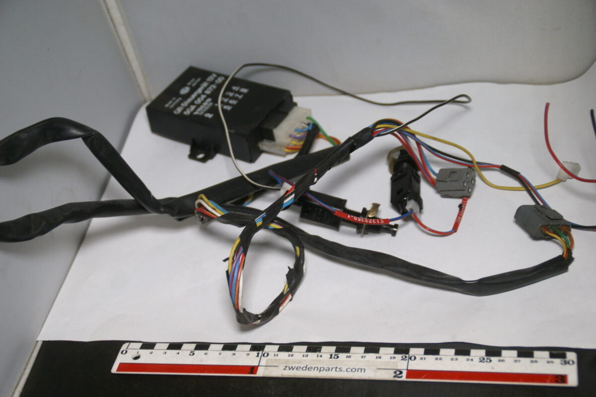 DSC07885 cruisecontrol relais met kabelboom Volvo 140 240 260 nr 1273225