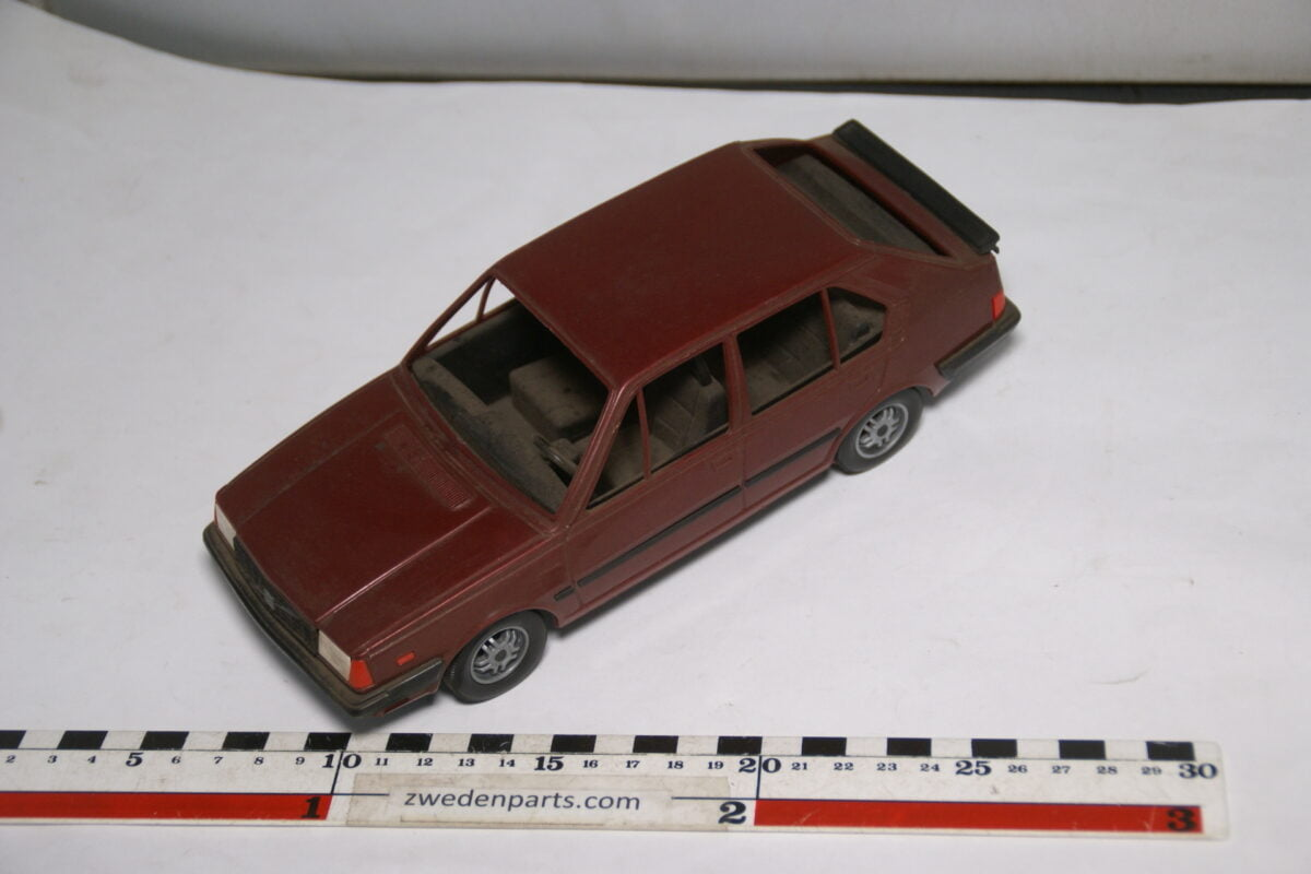 DSC08748 miniatuur Stahlberg Made in Finland Volvo 360GLT rood ca 1 op 18