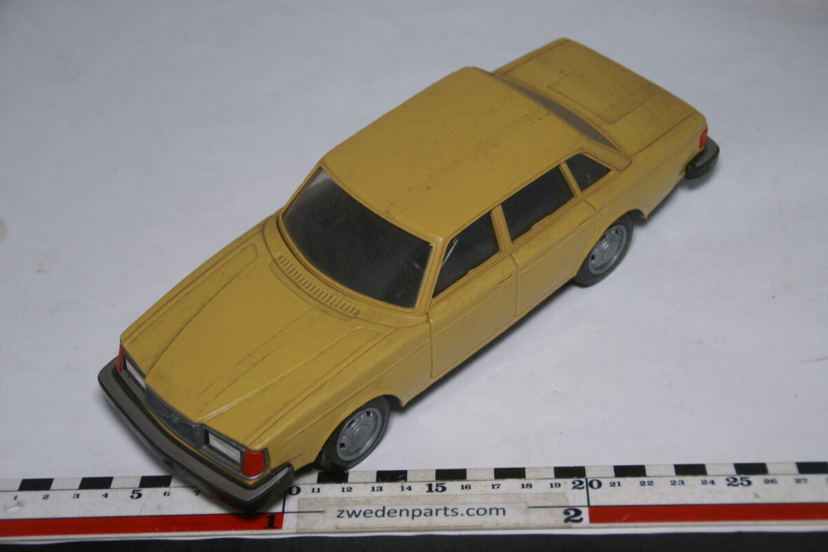 DSC08797 miniatuur Stahlberg Made in Finland Volvo 264GLE geel ca 1 op 18