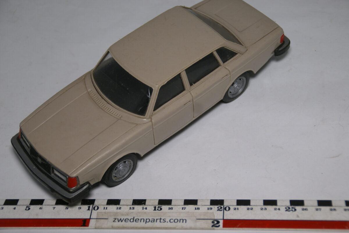 DSC08814 miniatuur Stahlberg Made in Finland Volvo 244GL beige ca 1 op 18