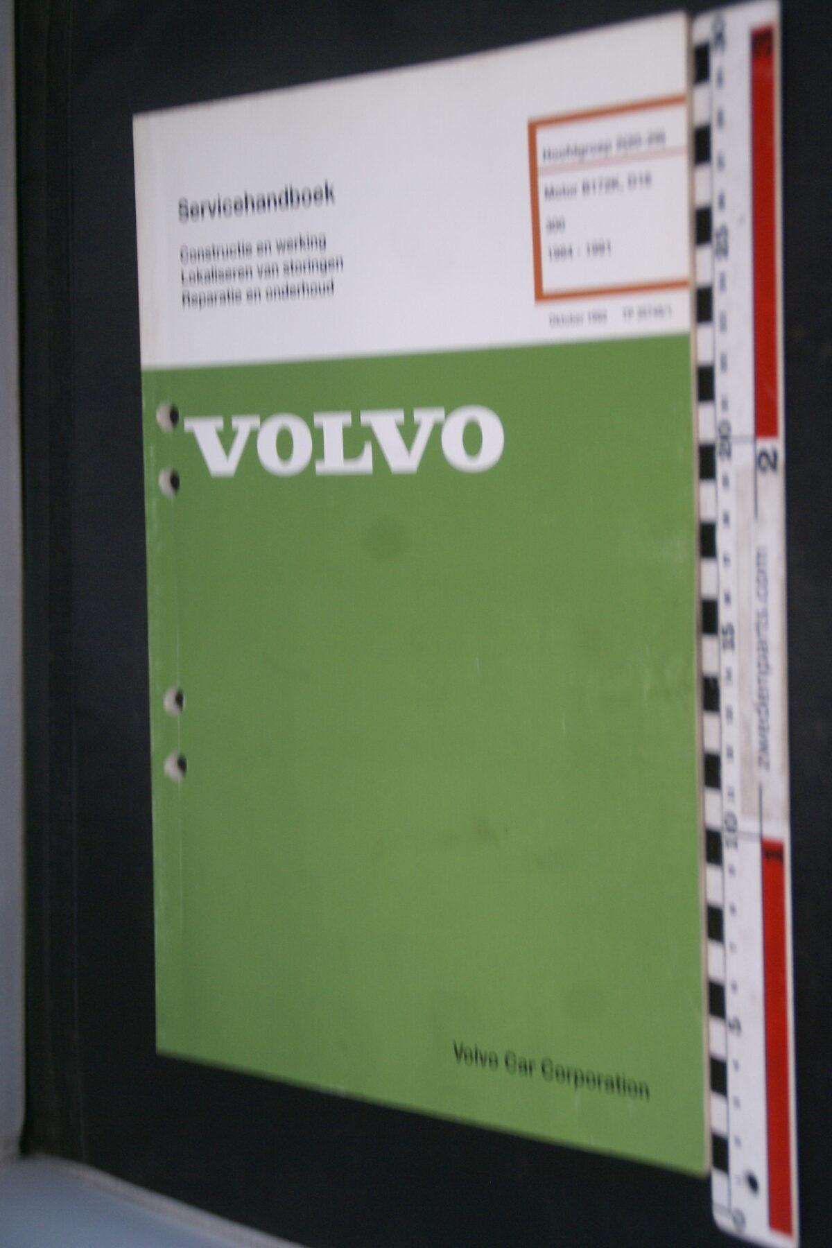 DSC09026 1991 origineel  Volvo 300 servicehandboek   1 van 1.000 nr TP 35748-1