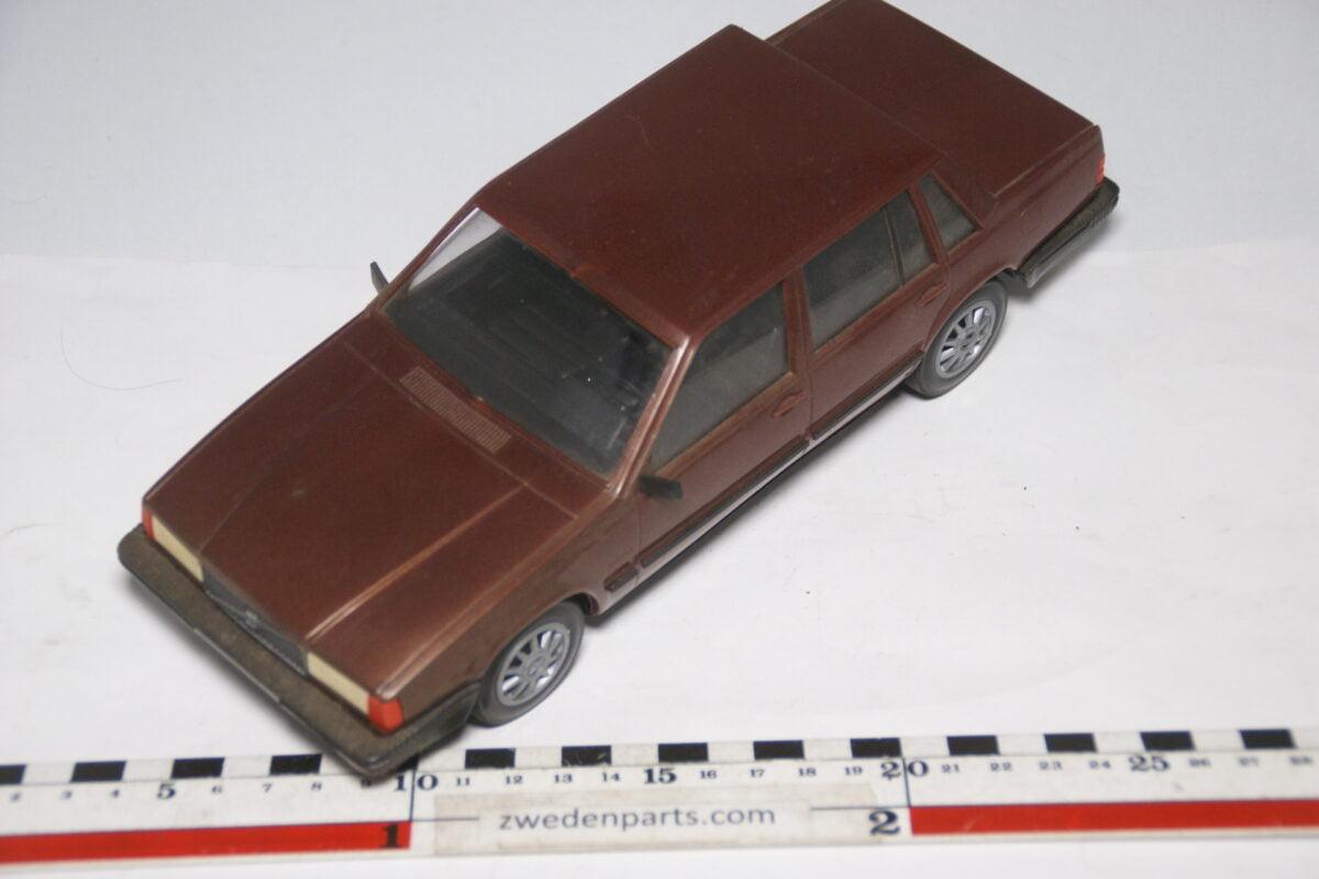 DSC09114 miniatuur Stahlberg Made in Finland Volvo 760GLE bruin ca 1 op 18