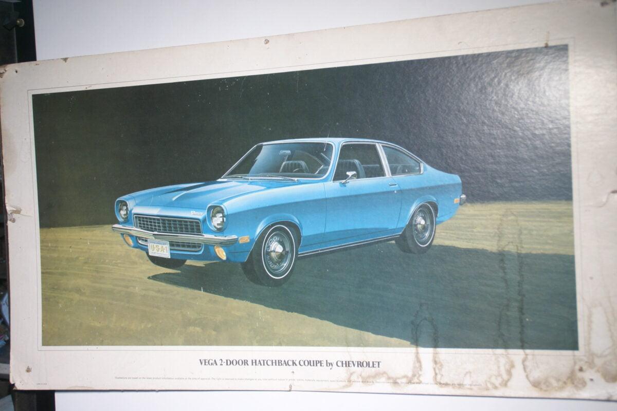 DSC09850 showroomplaat Chevrolet Vega 2-derrs hatchback coupe karton, ca 45 x 70 cm-aa0a5e68