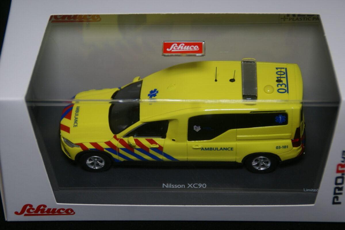 DSC09594 miniatuur Volvo XC90 Nilsson ambulance Nederland 1op43 nr Schuco 45-0909500 MB-cbfdbab2