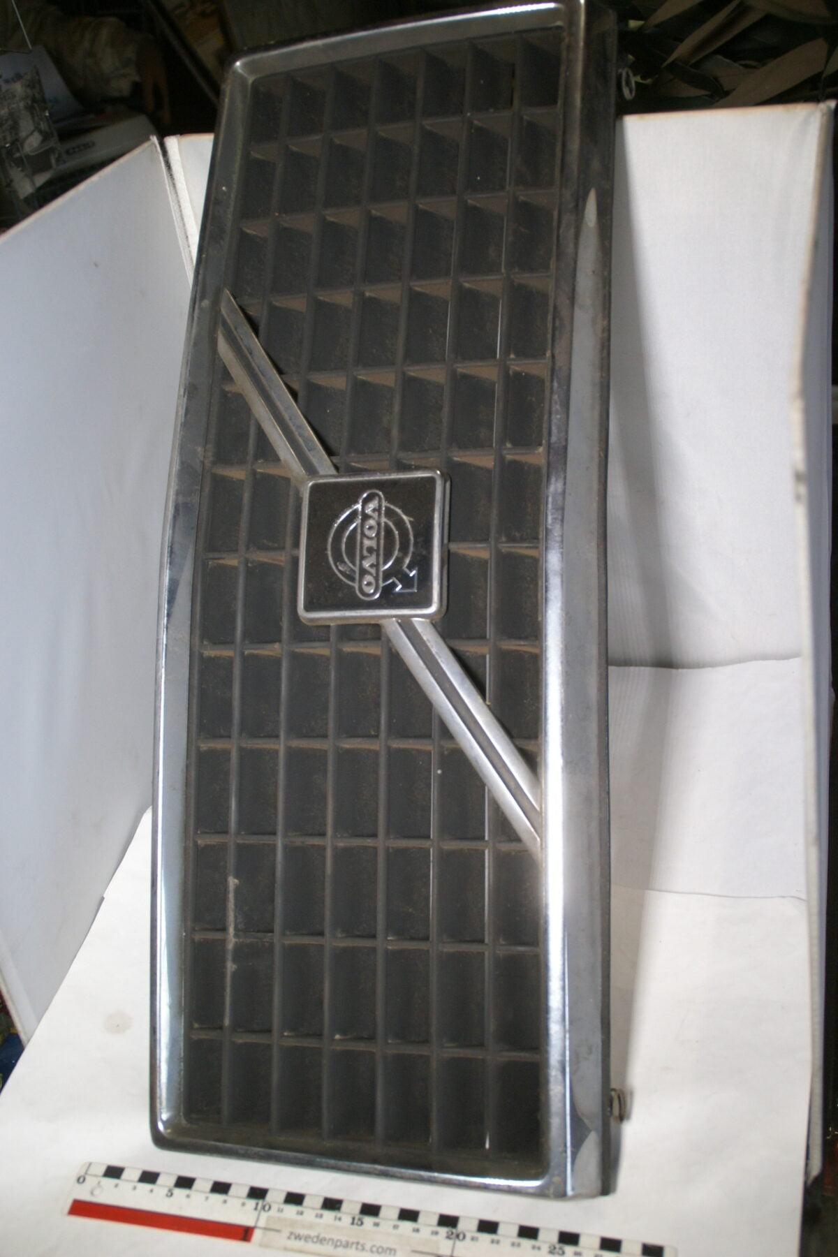 DSC01352 origineel Volvo 240 260  grille nr 1247271-4314ac55