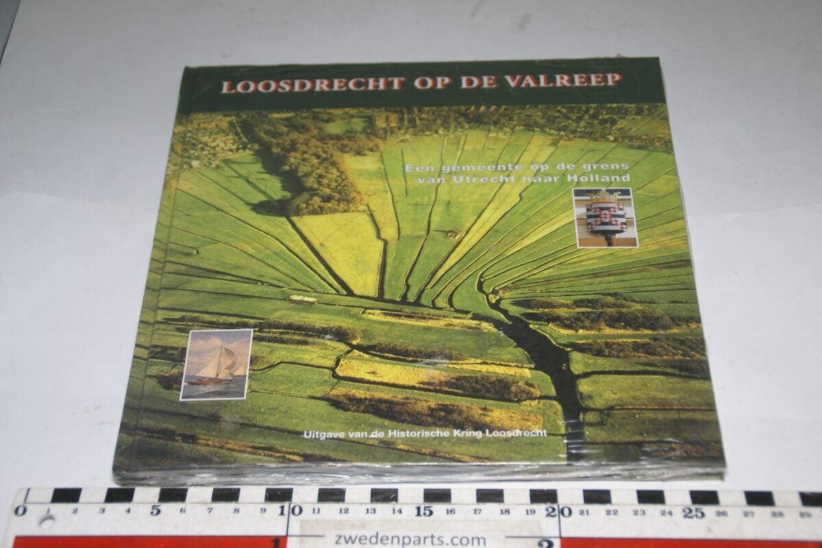 DSC03683 ca 2003 boek Loosdrecht op de valreep met Loosdrechts porselein-95c2c7a0