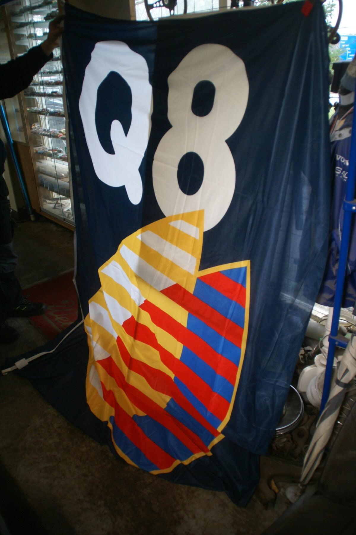 DSC03729 ca 1970 originele vlag Q8 olie, ca. 120 x 180 cm NOS-f33562ee