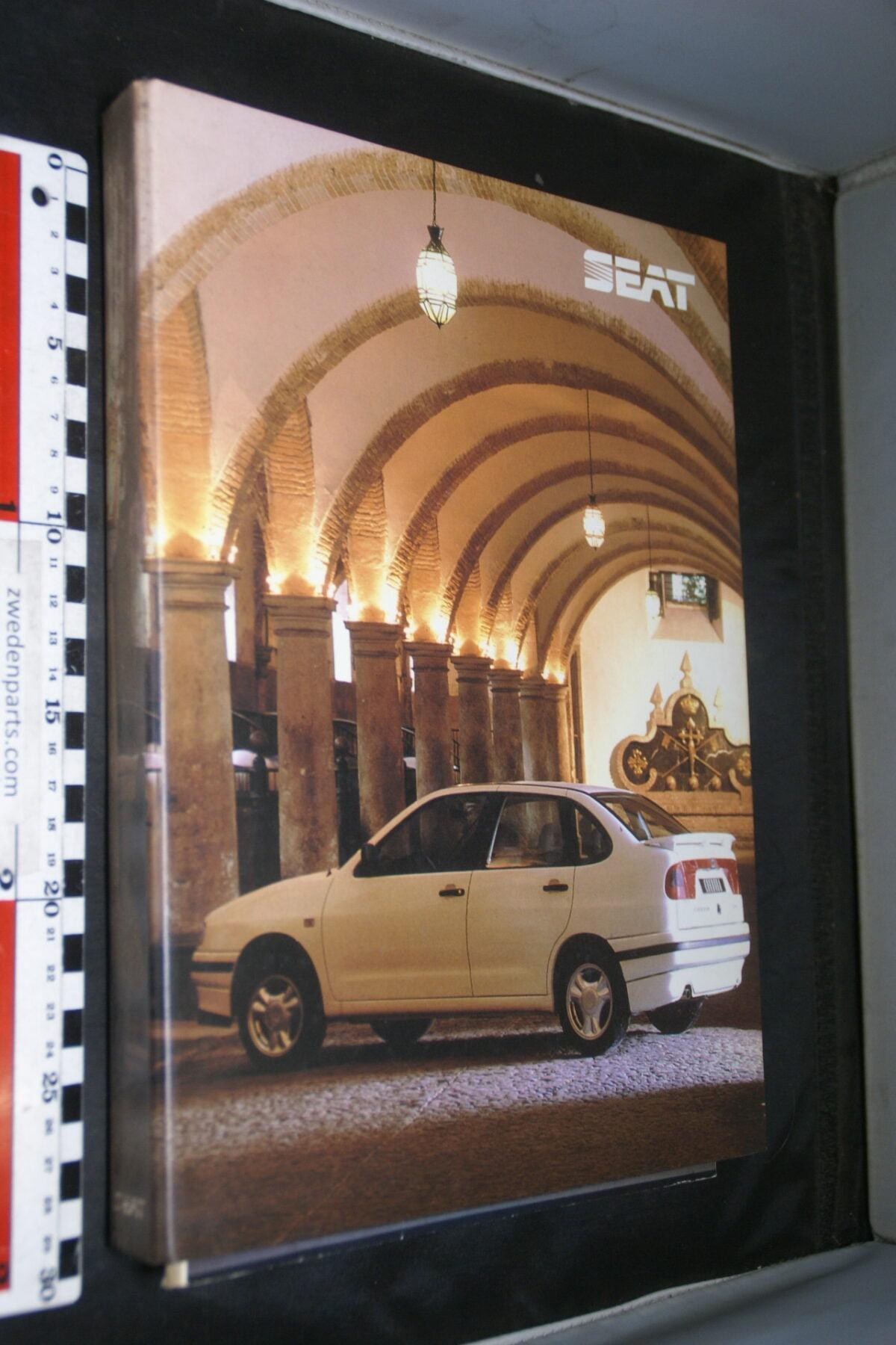 DSC03747 1998 originele persmap dikke ringband SEAT, English-45fec65c
