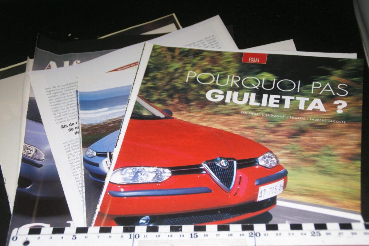 DSC08448 ca 1997 map met tijdschrift artikelen van Alfa Romeo 156-a3946ada